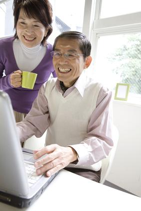 インターネットを楽しむ夫婦